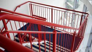 יורדים ברגל, עולים ברמת החיים - צביעת חדר מדרגות